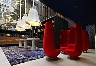 Überdimensionierte Leuchten und Sessel zieren die Lounge des Andaz Amsterdam Prinsengracht